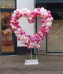 Lovedeco - Organic ballonnenhart roze en wit met bloemen en love script