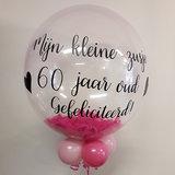 Lovedeco - Bubble ballon met eigen tekst gevuld met veren, mijn zusje 60 jaar verjaardag gefeliciteerd, roze zwart