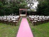 Lovedeco - Backdrop met roze doeken en kleine potjes met bloemen