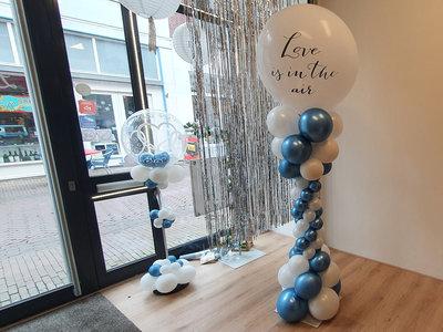 Elegante ballonpilaar met bedrukte topballon uit assortiment