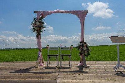 Lovedeco - Backdrop met roze doeken en bloemstukken