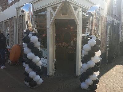 Lovedeco - standaard ballonpilaar met foliecijfer als topballon 1 zwart wit zilver